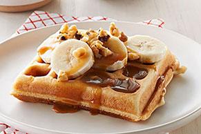 Waffles de plátano con salsa de caramelo y nueces