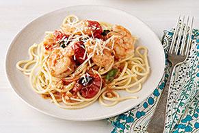 Espagueti con camarones y salsa de tomates asados y albahaca