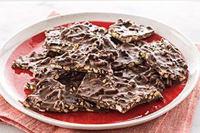 Trozos de chocolate con cacahuates y pretzels
