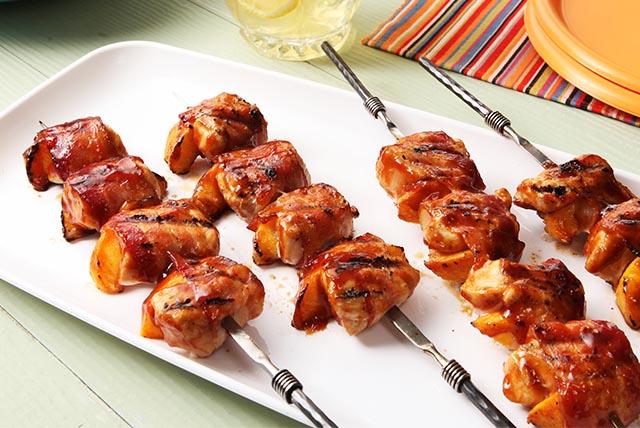 Brochetas de pollo al BBQ con duraznos y tocino Image 1