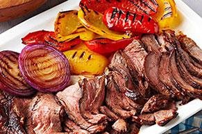 Carne de res asada con pimientos y cebolla