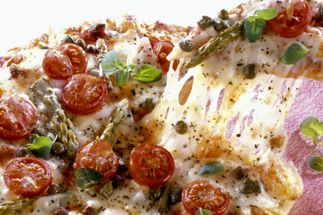 Pizza aux asperges, aux tomates et aux câpres Image 1