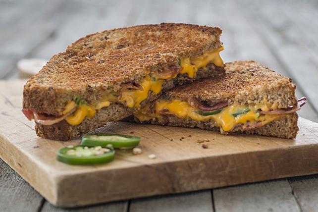 Sandwich au fromage fondant, au jalapeno et au bacon Image 1