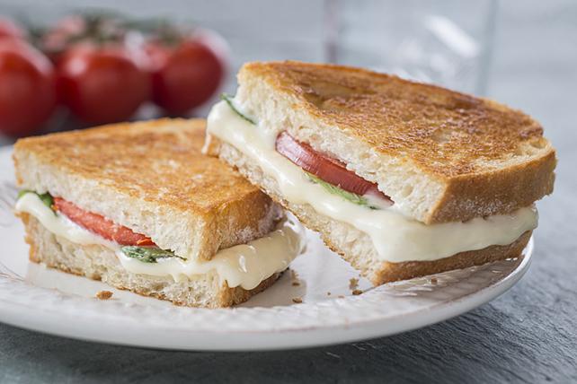 Sandwich caprese classique au fromage fondant Image 1