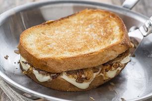 Sandwichs au fromage fondant et aux oignons