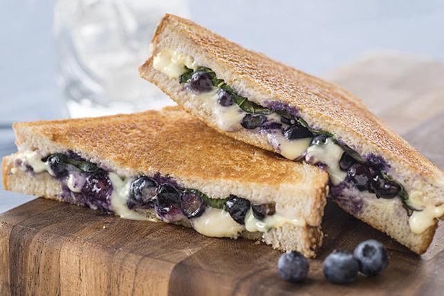 Sandwich au fromage fondant, aux bleuets et au basilic Image 1