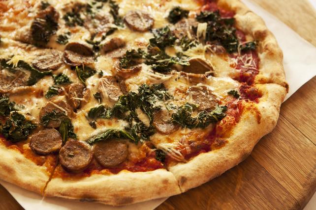 Pizza à la saucisse, au chou frisé et au mozzarella Image 1