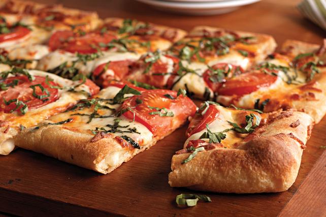 Pizza à la tomate et au basilic à croûte farcie Image 1