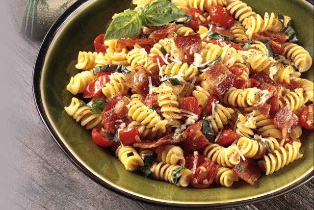 Pasta rústica con tocino, tomates y albahaca Image 1
