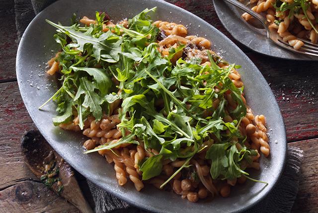 Plat tout-en-un de pâtes aux pois chiches, aux olives et au parmesan Image 1
