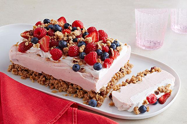 Postre helado de yogur con fresas, frambuesas y moras Image 1
