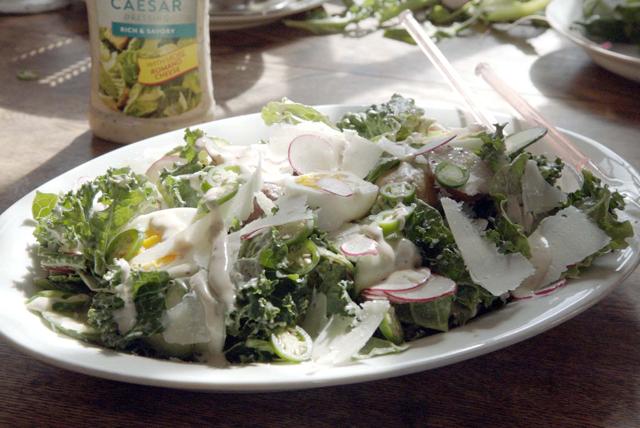 Picante ensalada de col rizada estilo César Image 1