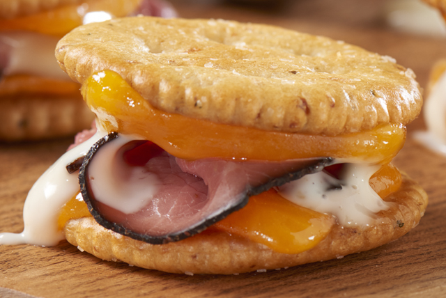 Roast Beef 'n Cheddar Cracker Sandwiches Image 1