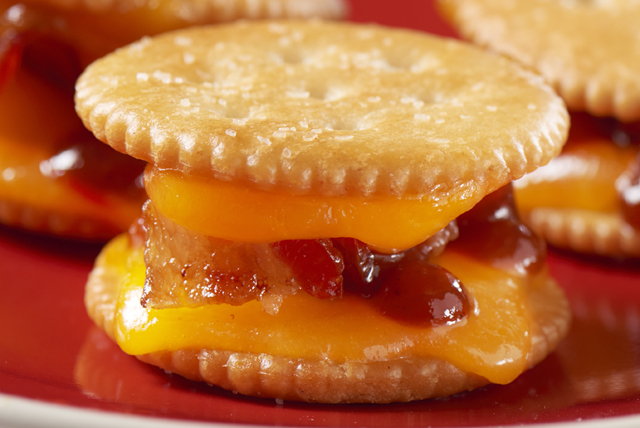 Barbecue-Bacon Cracker Sandwiches Image 1
