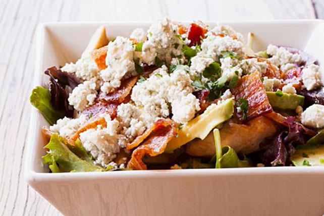 Ensalada de pollo con aguacate, tocino y queso azul Image 1