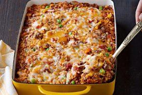 Mezcla de arroz, carne molida y vegetales mixtos al horno