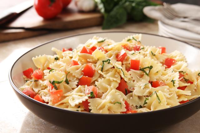 Pasta con tomate y albahaca a la italiana Image 1