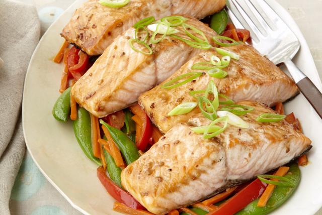 Salmón con verduras salteadas y aderezo de ajonjolí Image 1