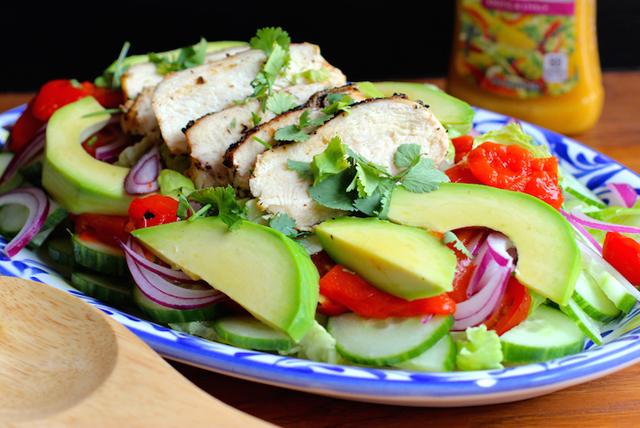 Ensalada de pollo con vinagreta de mango y chipotle