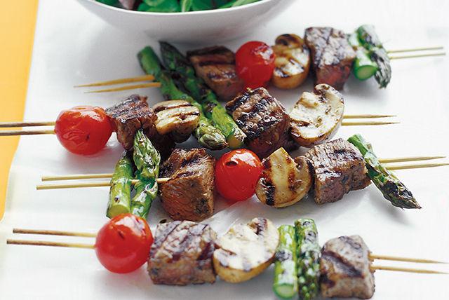 Chisporroteantes brochetas de carne y verduras Image 1