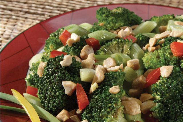 Brócoli con pimientos rojos y cacahuates a la oriental Image 1