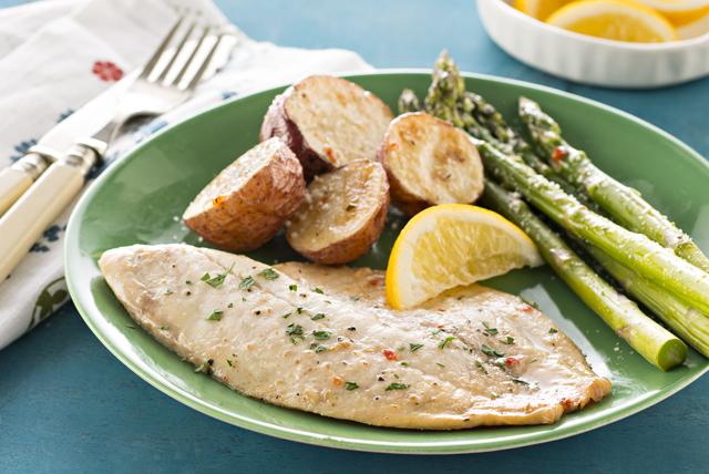 Fácil pescado con papas y espárragos al horno Image 1