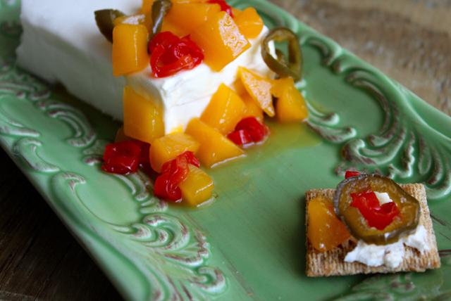 Delicioso queso crema con salsa de mango y chiles jalapeños