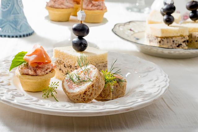 Rollos de salmón, mini cheesecakes de jamón, y sándwiches de aceitunas