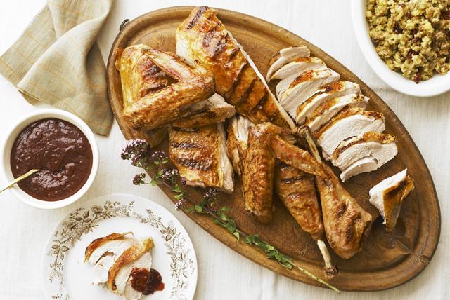 Pavo mariposa con salsa de arándanos rojos al horno Image 1