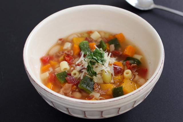Sopa minestrone con chile poblano y tocino Image 1