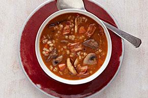 Copiosa sopa de carne de res con champiñones y cebaba