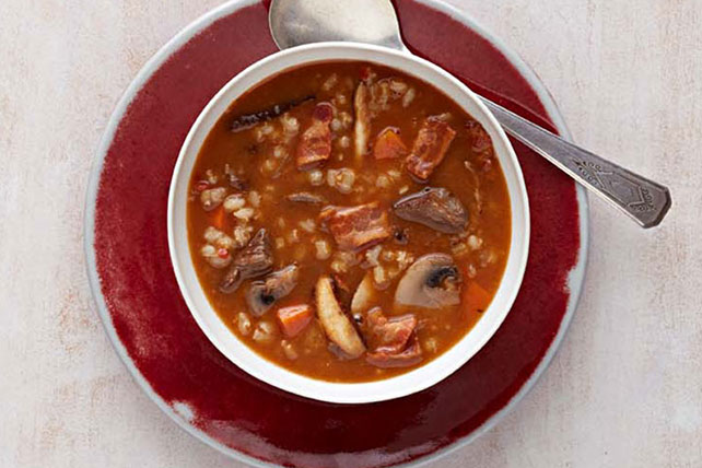 Copiosa sopa de carne de res con champiñones y cebaba Image 1