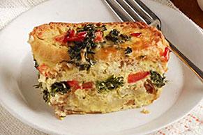 Cazuela de huevos, verduras y queso al horno