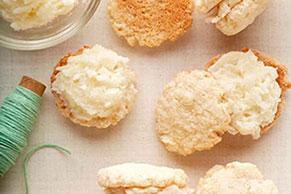 Sándwiches esponjosos de galletas de coco y crema