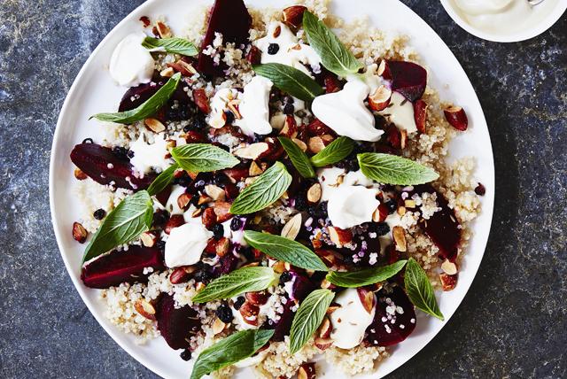 Salade de quinoa avec betteraves rôties, féta et yogourt Image 1