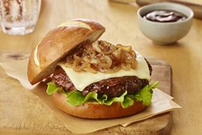 Burger au fromage avec oignons caramélisés, façon bistro