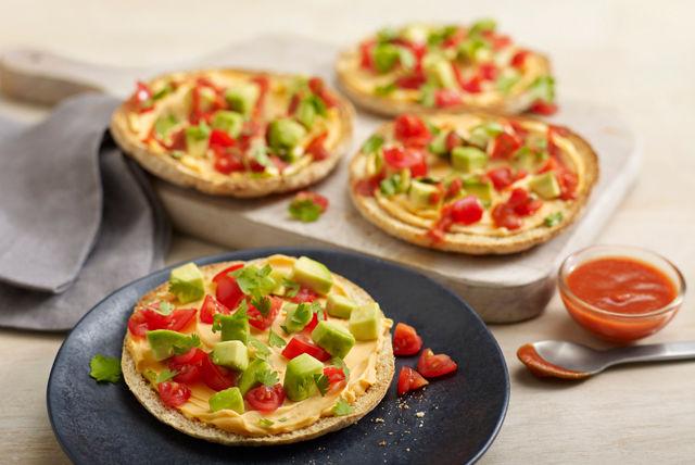 Mini-pitas au cheddar crémeux, à l'avocat et aux tomates Image 1