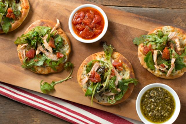 Pizza au poulet et au pesto garnie de verdures Image 1