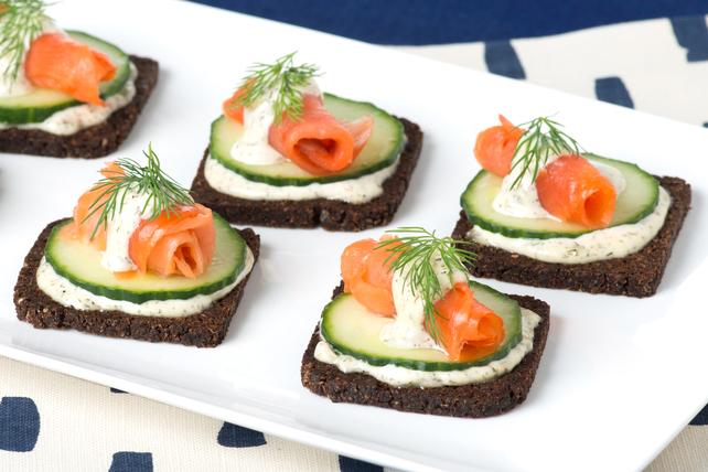 Hors-d'œuvre de saumon fumé sur pain de seigle coquetel Image 1