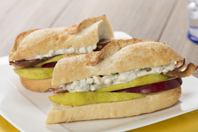 Sandwich aux fruits, au bacon et au fromage bleu sur pain baguette Image 1