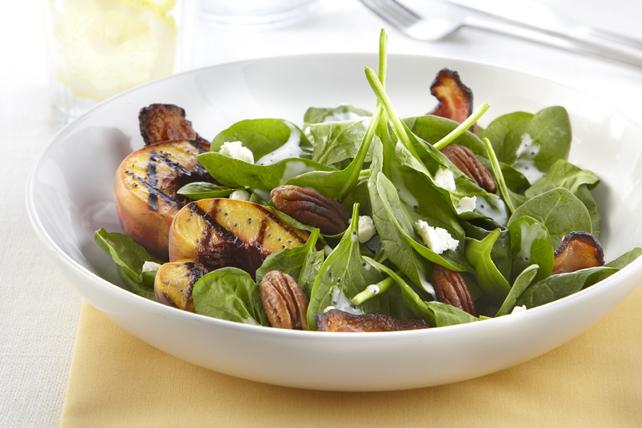Salade d'épinards aux pêches, au bacon et au fromage de chèvre Image 1