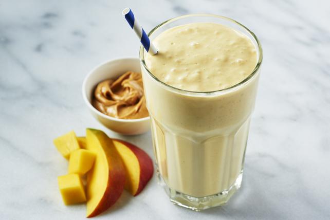 Lait fouetté au tourbillon de mangues et au beurre d'arachide Image 1