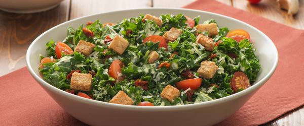 Salade César au chou frisé et aux chipotles