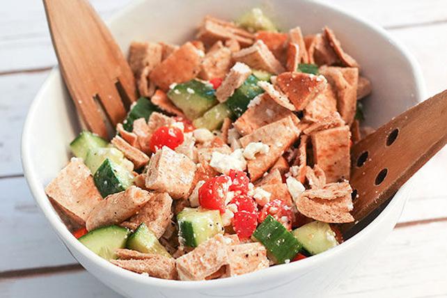 Salade de légumes du jardin et de pains pitas Image 1