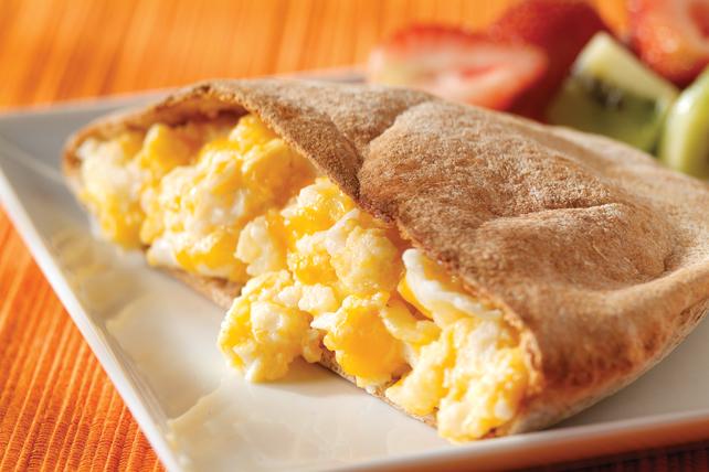 Pain pita aux œufs brouillés et au fromage Image 1