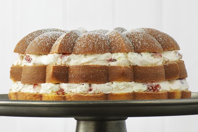 Gâteau garni de crème et de fraises Image 1