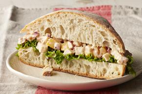 Sandwichs à la salade de poulet et à la mangue
