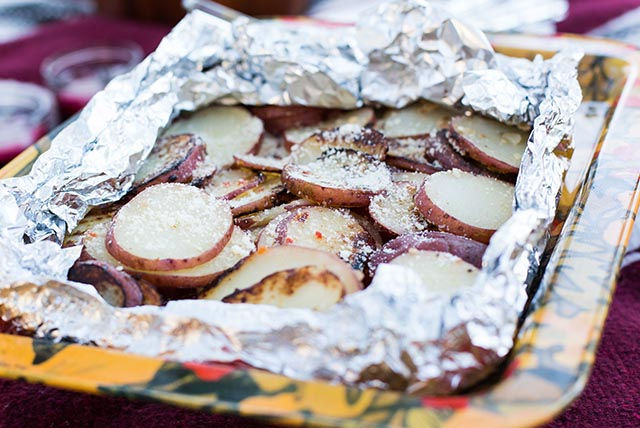Pommes de terre grillées à l'ail et au parmesan en papillote Image 1