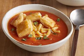 Soupe aux tomates, au macaroni et au sandwich au fromage fondant