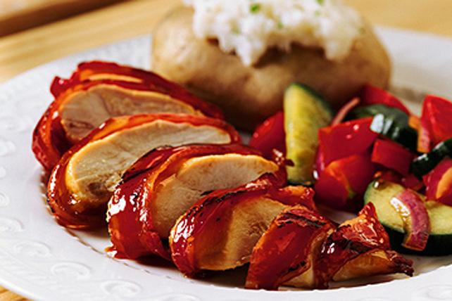 Poitrines de poulet barbecue enrobées de bacon Image 1